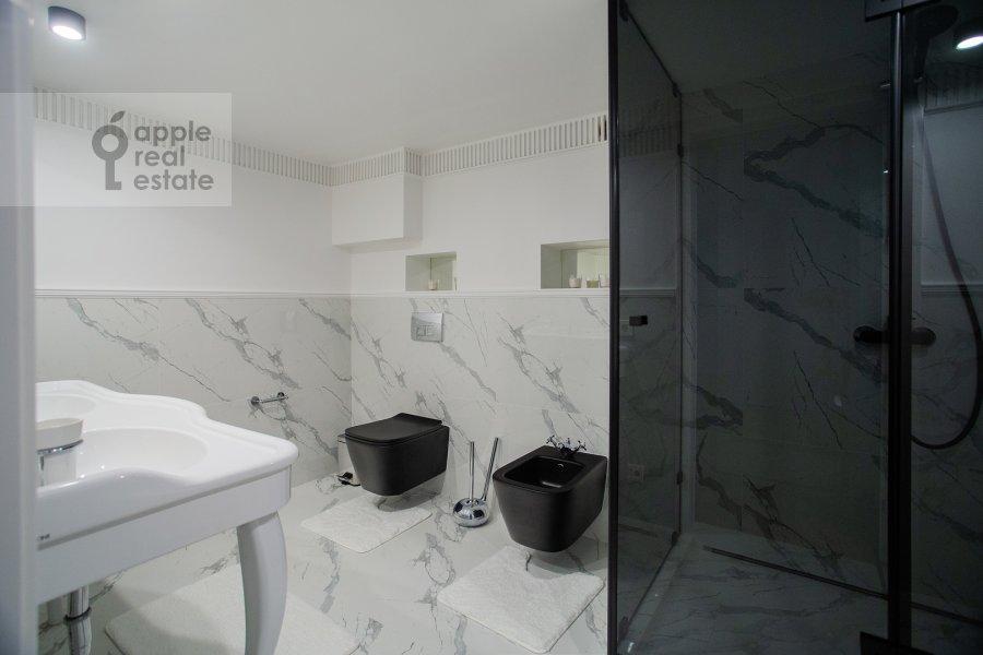 Bathroom of the 6-room apartment at Usacheva ulitsa 11k