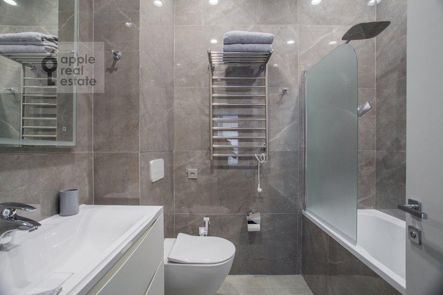 Bathroom of the 2-room apartment at Shelepikhinskaya naberezhnaya 34k3