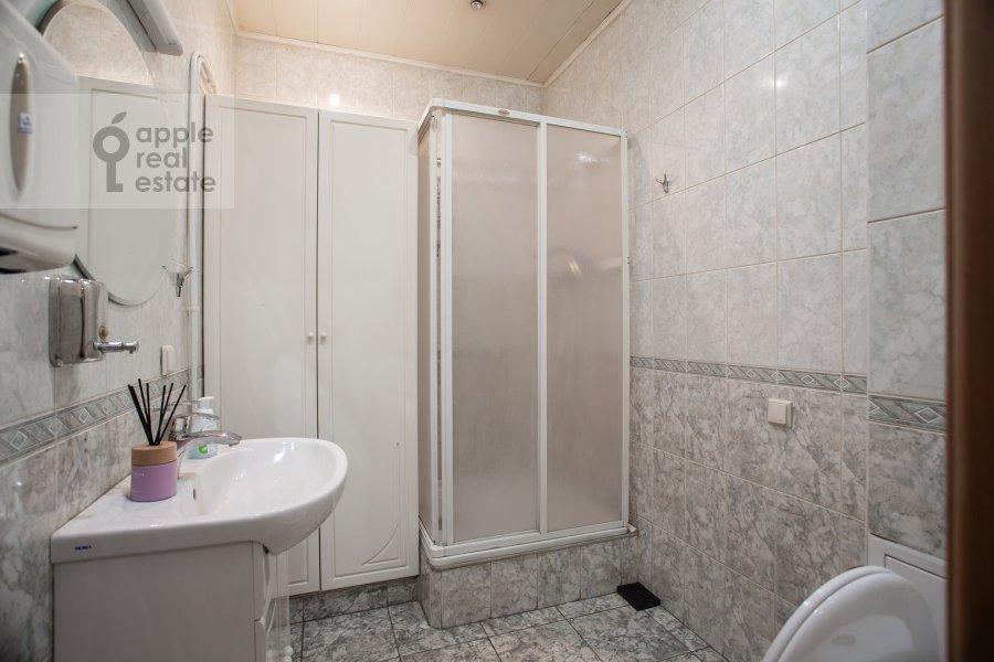 Bathroom of the studio apartment at Dolgorukovskaya ul 29