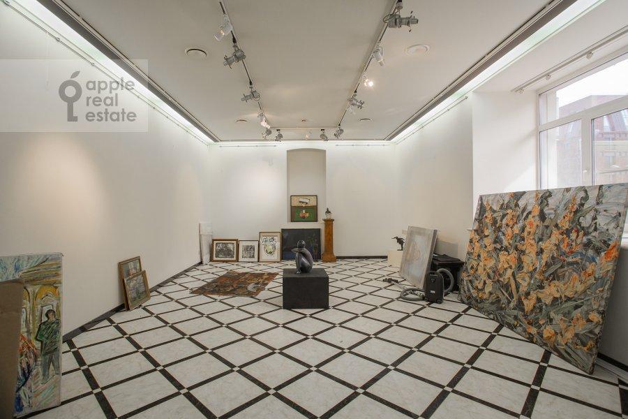 Living room of the studio apartment at Dolgorukovskaya ul 29