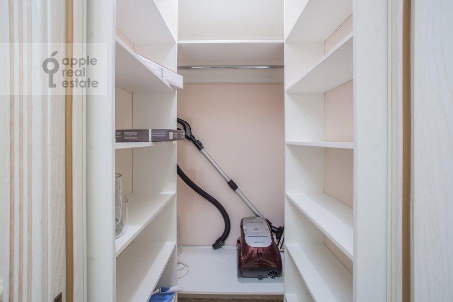 Гардеробная комната / Постирочная комната / Кладовая комната в 3-комнатной квартире по адресу Расплетина 21