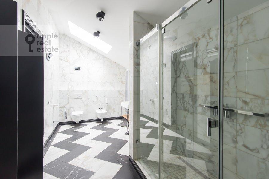 Bathroom of the 2-room apartment at Lavrushinskiy pereulok 11k1