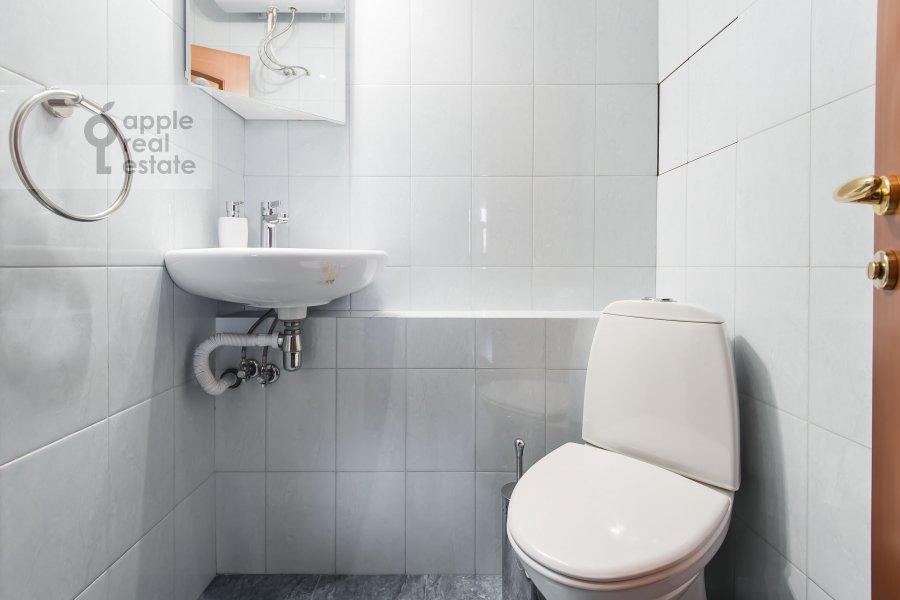 Bathroom of the 3-room apartment at Udal'tsova 17k1