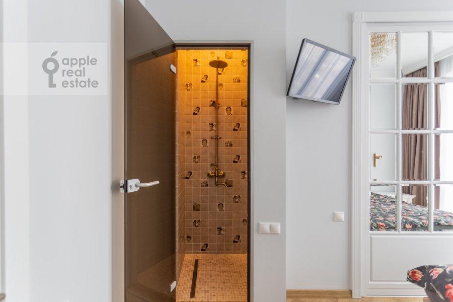 Bathroom of the 2-room apartment at Khodynskaya ulitsa 2