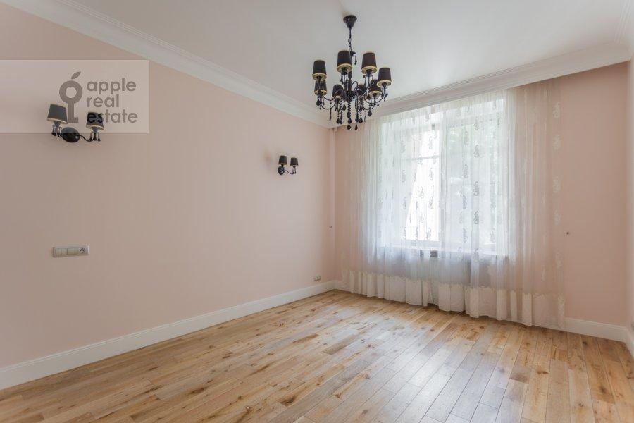 Bedroom of the 4-room apartment at Shvedskiy tupik 3