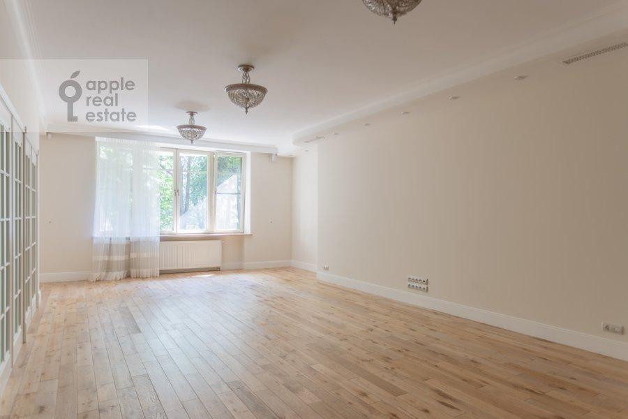 Living room of the 4-room apartment at Shvedskiy tupik 3