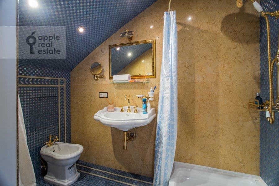 Bathroom of the 6-room apartment at Trubnaya ulitsa 23K2