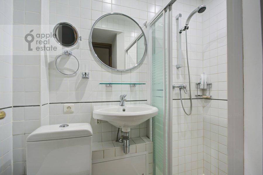 Санузел в 4-комнатной квартире по адресу Петровский переулок 5С7