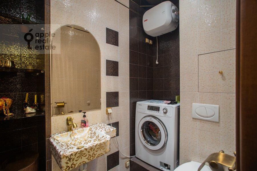 Bathroom of the 5-room apartment at Udal'tsova 81