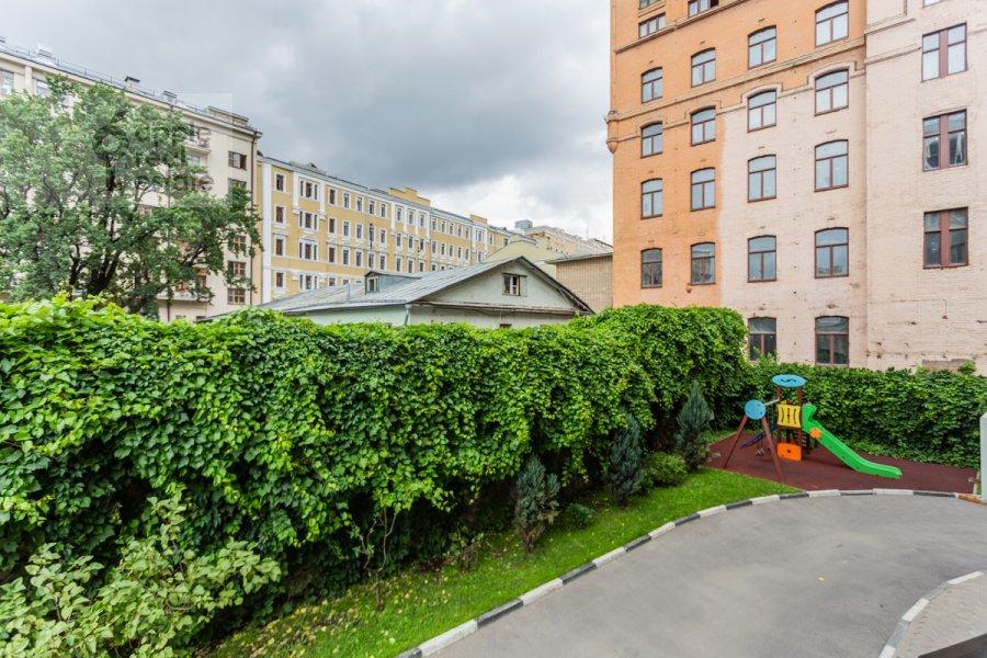 Вид из окна в 4-комнатной квартире по адресу Милютинский пер. 3
