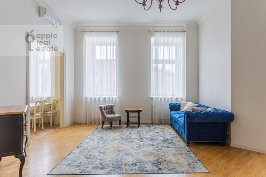 Гостиная в 4-комнатной квартире по адресу Милютинский пер. 3