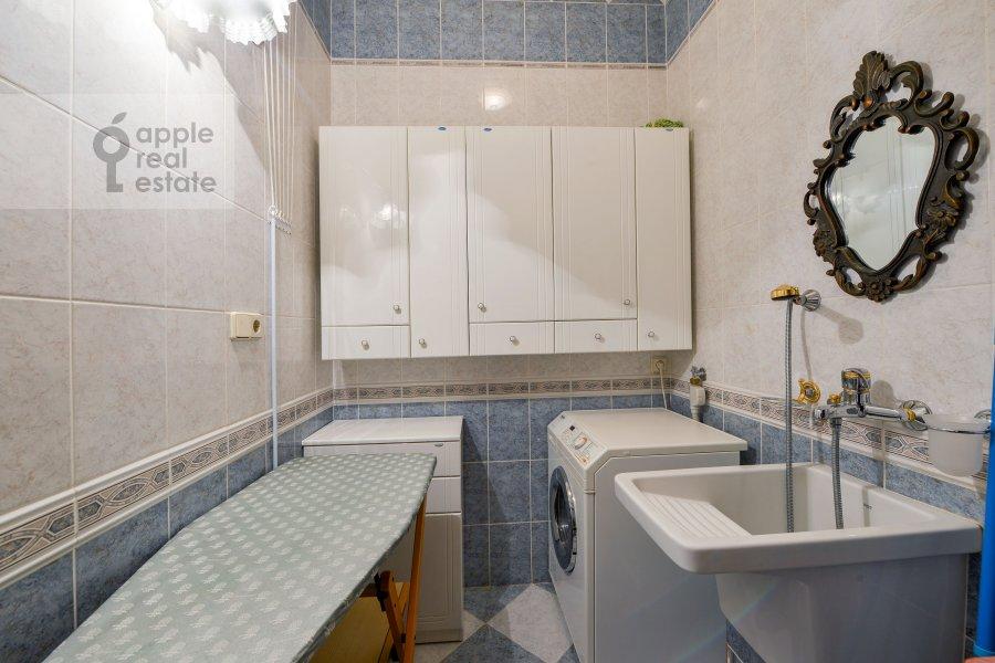 Гардеробная комната / Постирочная комната / Кладовая комната в 4-комнатной квартире по адресу Зоологическая улица 30С2