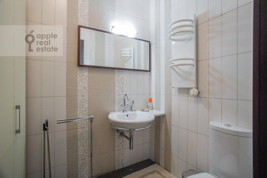 Bathroom of the 3-room apartment at Molochnyy pereulok 11