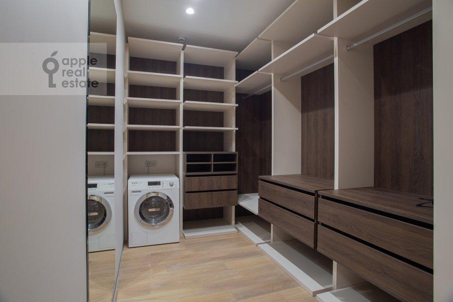 Гардеробная комната / Постирочная комната / Кладовая комната в 3-комнатной квартире по адресу Новый Арбат 32