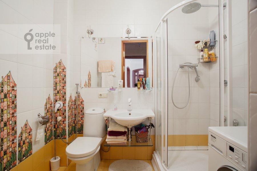 Bathroom of the 6-room apartment at Bol'shoy Afanas'evskiy pereulok 15S1