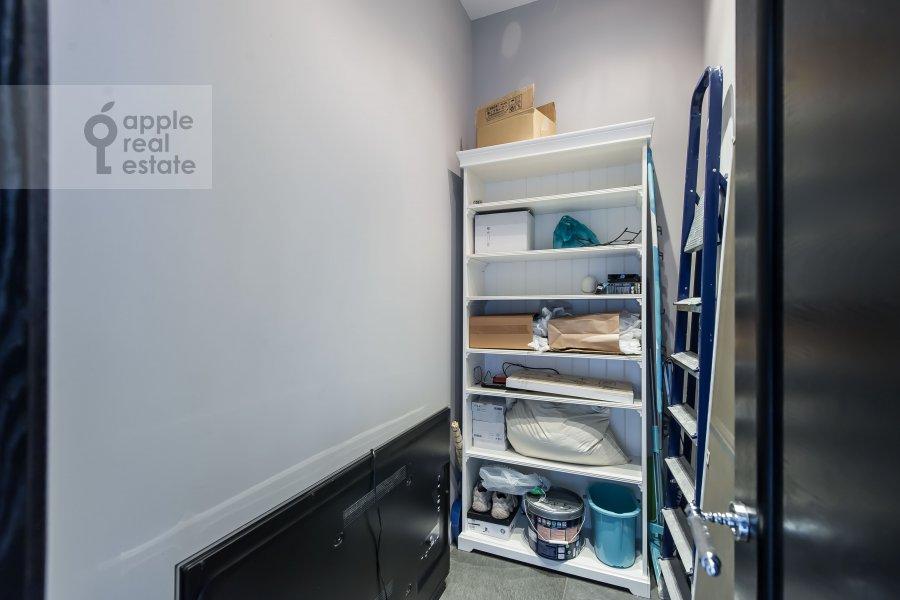 Гардеробная комната / Постирочная комната / Кладовая комната в 3-комнатной квартире по адресу Усачева улица 2С3