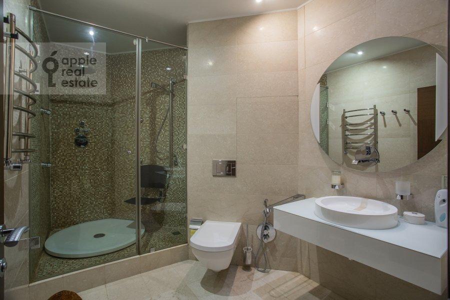 Bathroom of the 4-room apartment at Veskovskiy pereulok 3