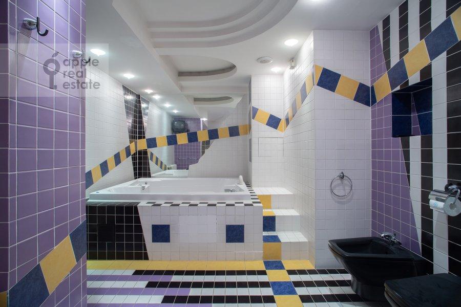 Bathroom of the 5-room apartment at Zoologicheskaya ulitsa 28S2
