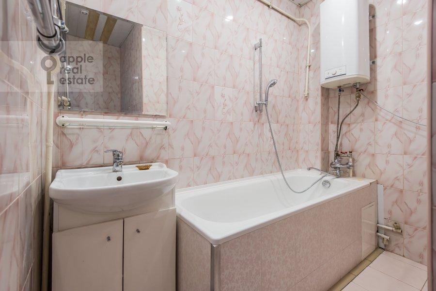 Bathroom of the 3-room apartment at Bol'shoy Patriarshiy pereulok 10