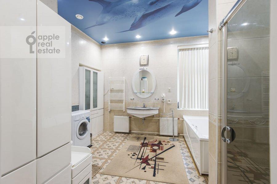 Bathroom of the 4-room apartment at Petrovskiy pereulok 1/30s1