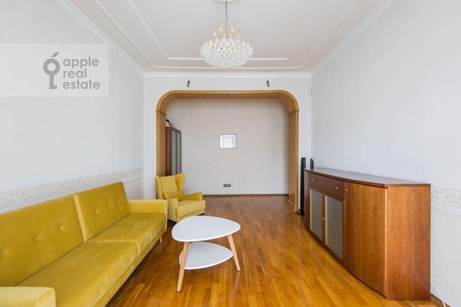 Living room of the 3-room apartment at Krasnokholmskaya naberezhnaya 1/15