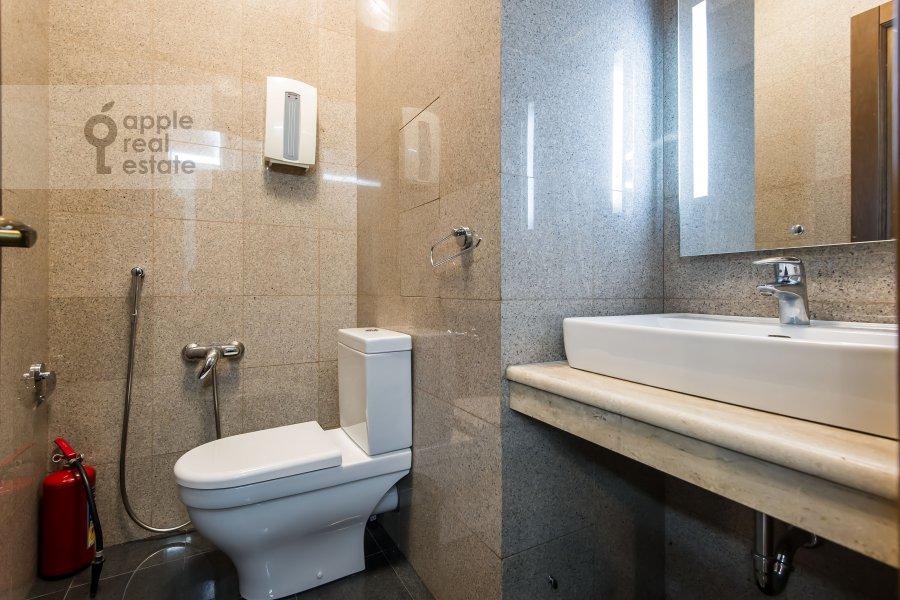 Bathroom of the 4-room apartment at Gogolevskiy bul'var 29