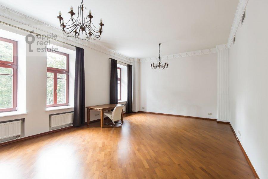 Living room of the 4-room apartment at Gogolevskiy bul'var 29