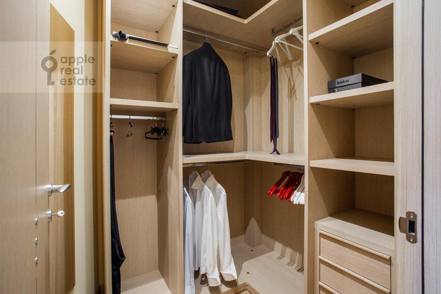 Гардеробная комната / Постирочная комната / Кладовая комната в 3-комнатной квартире по адресу Большая Якиманка 22К3