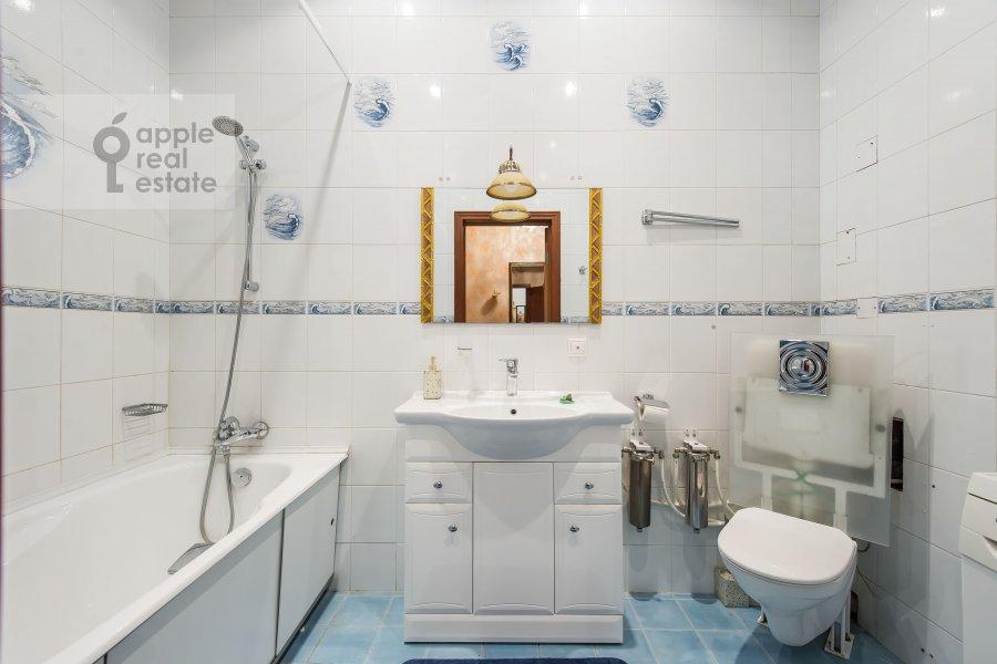 Bathroom of the 1-room apartment at 1-y Smolenskiy pereulok 9s1