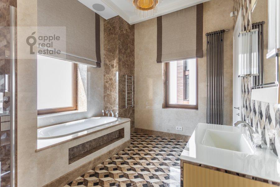 Bathroom of the 4-room apartment at Prechistenka 13