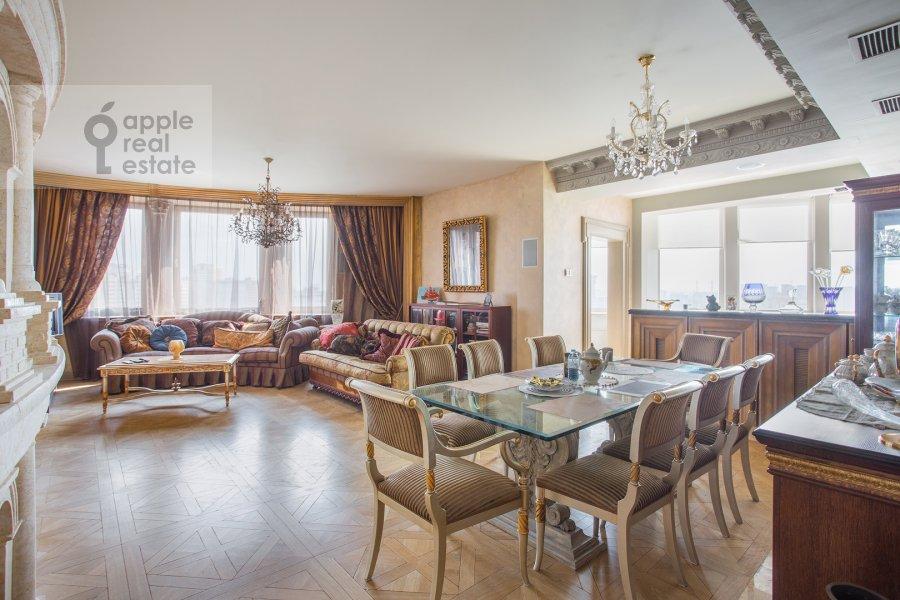 Living room of the 4-room apartment at Polotskaya ulitsa 31