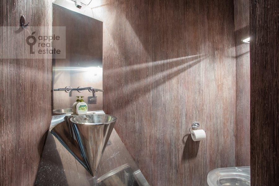 Bathroom of the 4-room apartment at Polotskaya ulitsa 31