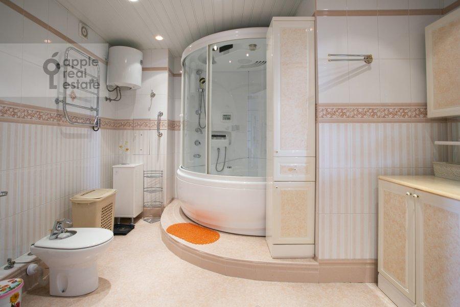 Bathroom of the 4-room apartment at Novocheremushkinskaya ulitsa 50