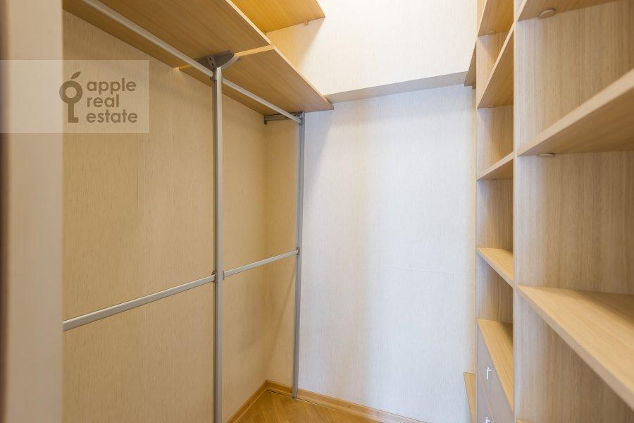 Гардеробная комната / Постирочная комната / Кладовая комната в 4-комнатной квартире по адресу Леонтьевский переулок 11