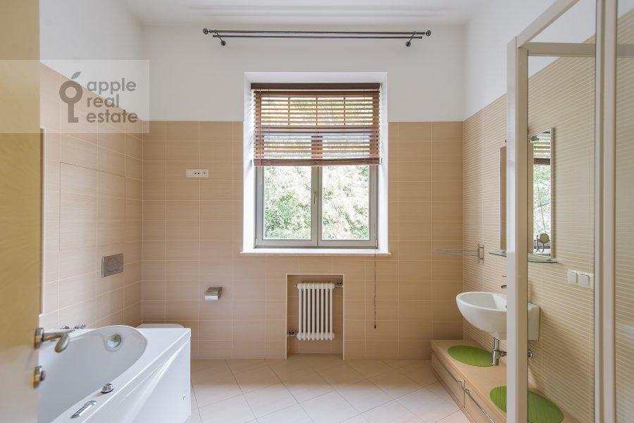 Санузел в 4-комнатной квартире по адресу Леонтьевский переулок 11