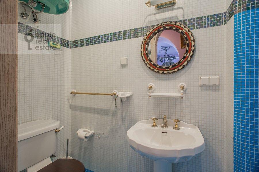 Bathroom of the 3-room apartment at Kuusinena 21A