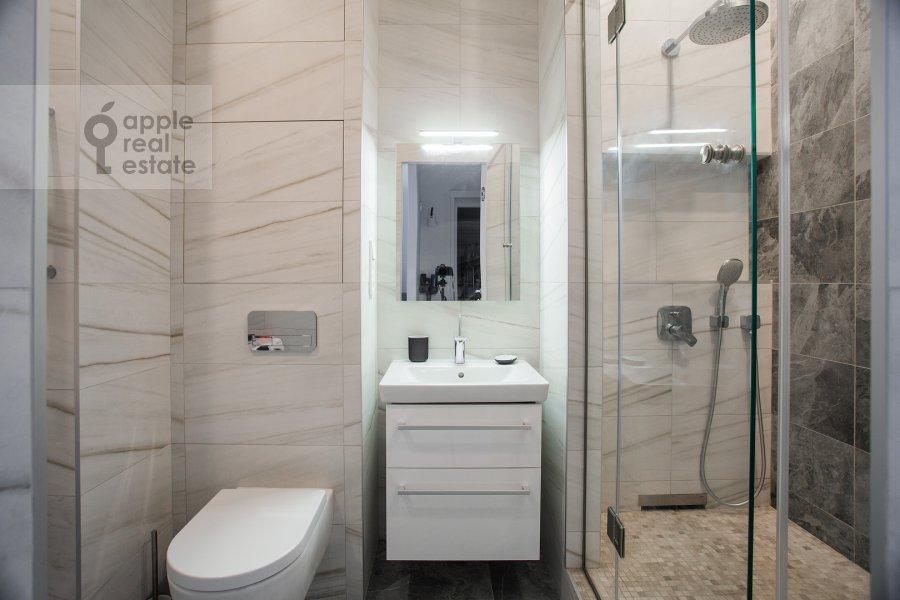 Bathroom of the studio apartment at 3-ya ulitsa Yamskogo Polya 9
