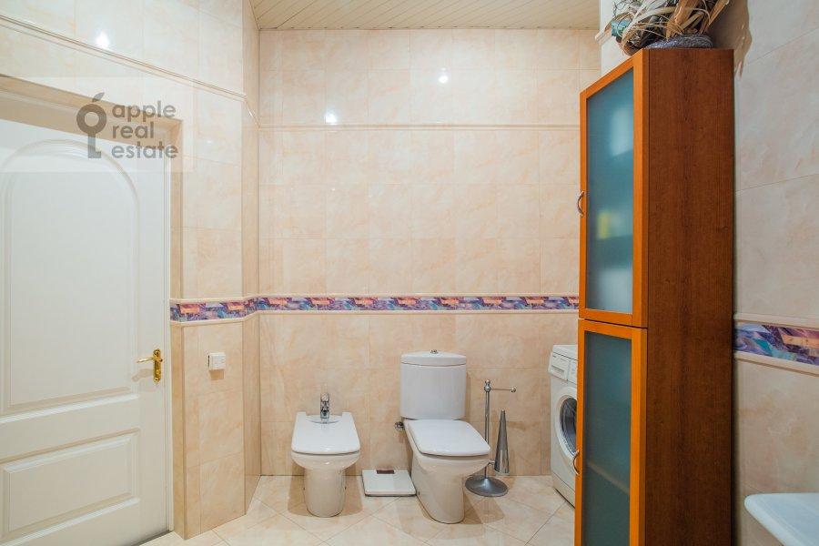 Bathroom of the 4-room apartment at Smolenskaya naberezhnaya 2
