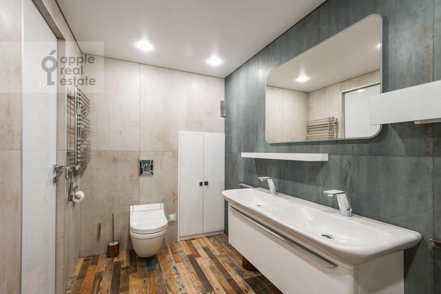 Bathroom of the studio apartment at Dukhovskoy pereulok 17c11
