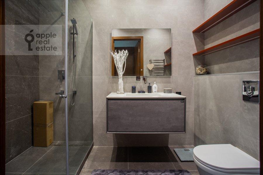 Bathroom of the 2-room apartment at 1-y Krasnogvardeyskiy proezd 22k2