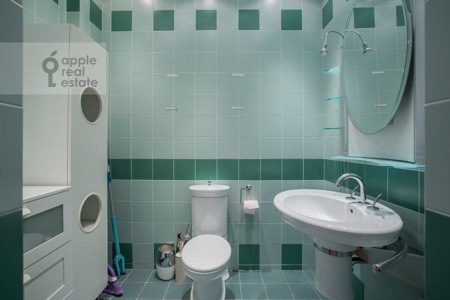 Bathroom of the 4-room apartment at 1-y Spasonalivkovskiy pereulok 20