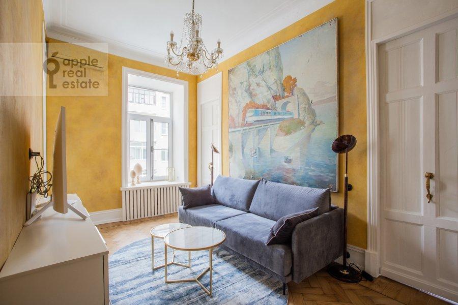 Гостиная в 2-комнатной квартире по адресу Малый Предтеченский переулок 6