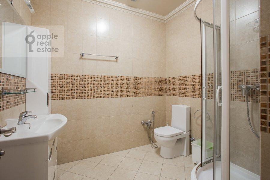 Санузел в 4-комнатной квартире по адресу Мосфильмовская улица 70к3