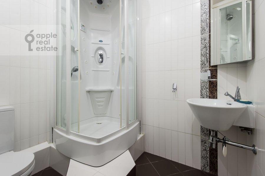 Bathroom of the 4-room apartment at Aviatsionnaya ulitsa 79k1