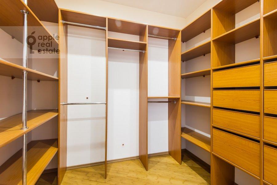 Гардеробная комната / Постирочная комната / Кладовая комната в 5-комнатной квартире по адресу Красная Пресня 21