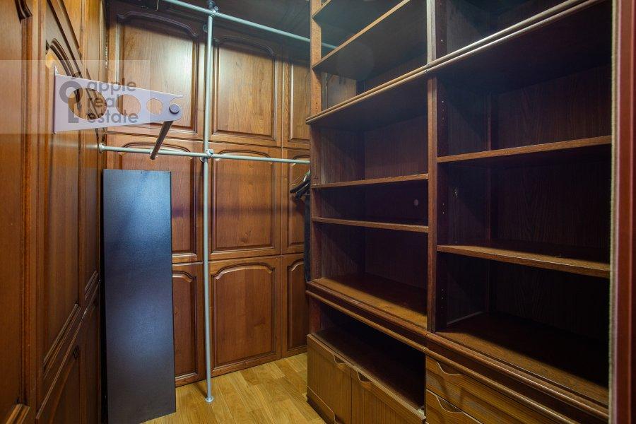 Гардеробная комната / Постирочная комната / Кладовая комната в 5-комнатной квартире по адресу 4-я Парковая улица 13