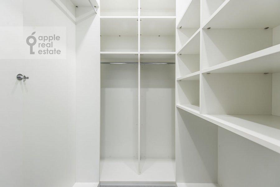 Гардеробная комната / Постирочная комната / Кладовая комната в 4-комнатной квартире по адресу Мосфильмовская улица 8