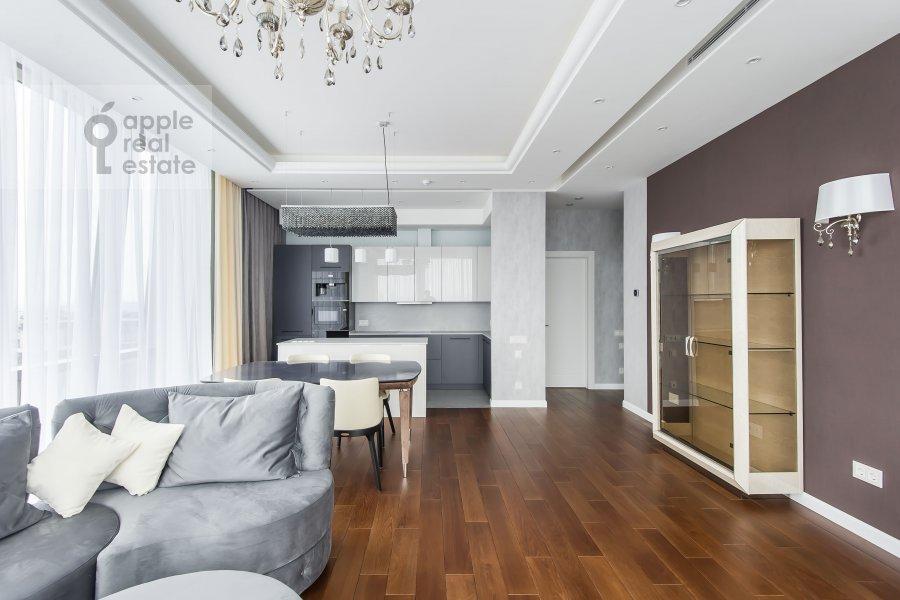 Гостиная в 4-комнатной квартире по адресу Мосфильмовская улица 8