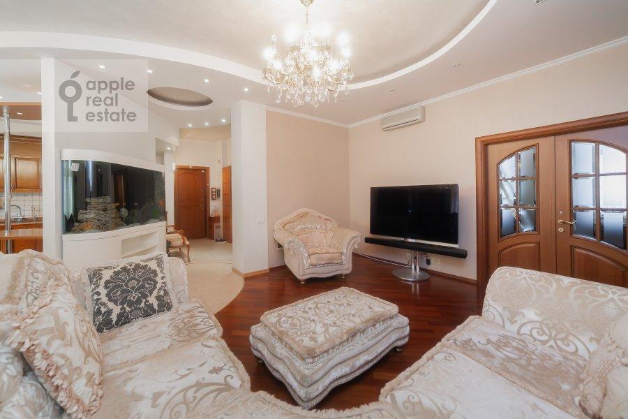Living room of the 5-room apartment at Krasnoproletarskaya ulitsa 7