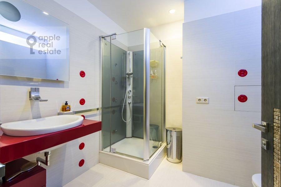 Bathroom of the 3-room apartment at Staropimenovskiy pereulok 10